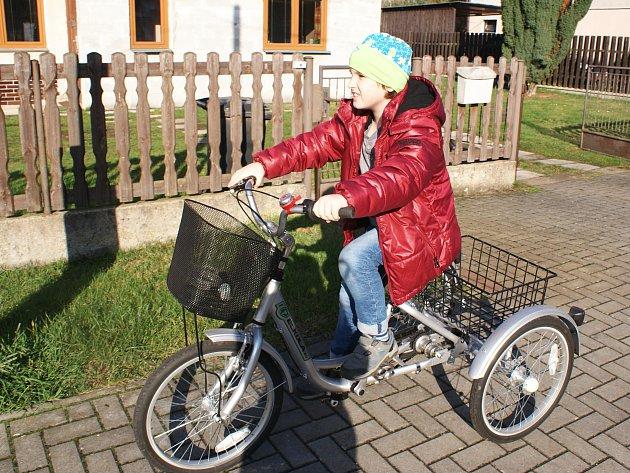 Malý Dominik si už také užívá svou speciální tříkolku.
