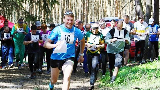 Vysoko nastavenou laťku měli závodníci orientačního běhu u Máchova jezera.