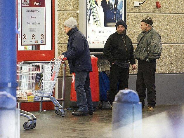 Lidé bez domova tu postávají, popíjejí, někdy obtěžují kolemjdoucí žádostí o drobné.