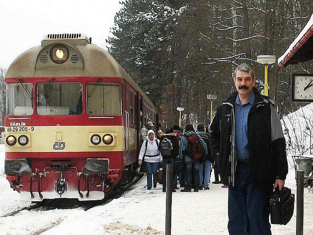 Zdeněk Šindlauer na zastávce Česká Lípa střelnice, jejíž název je i v titulu jedné z jeho knih.