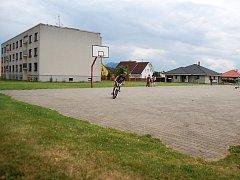Na sportovišti na sídlišti Pražská v Doksech má vyrůst skatepark. Část obyvatel je proti.