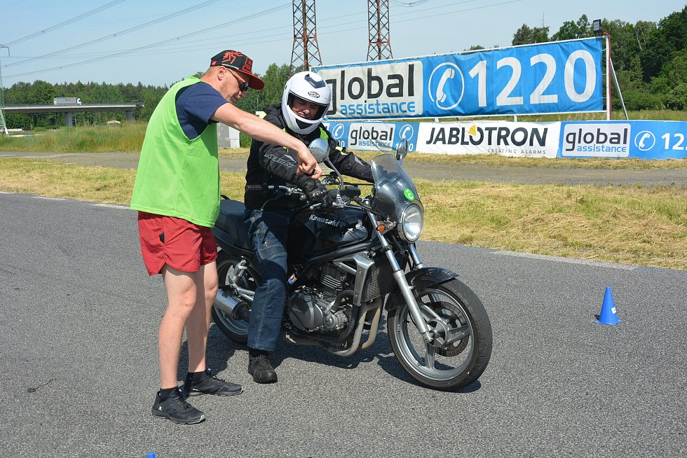 V Sosnové burácely motorky. Proháněli se na nich učitelé z autoškol