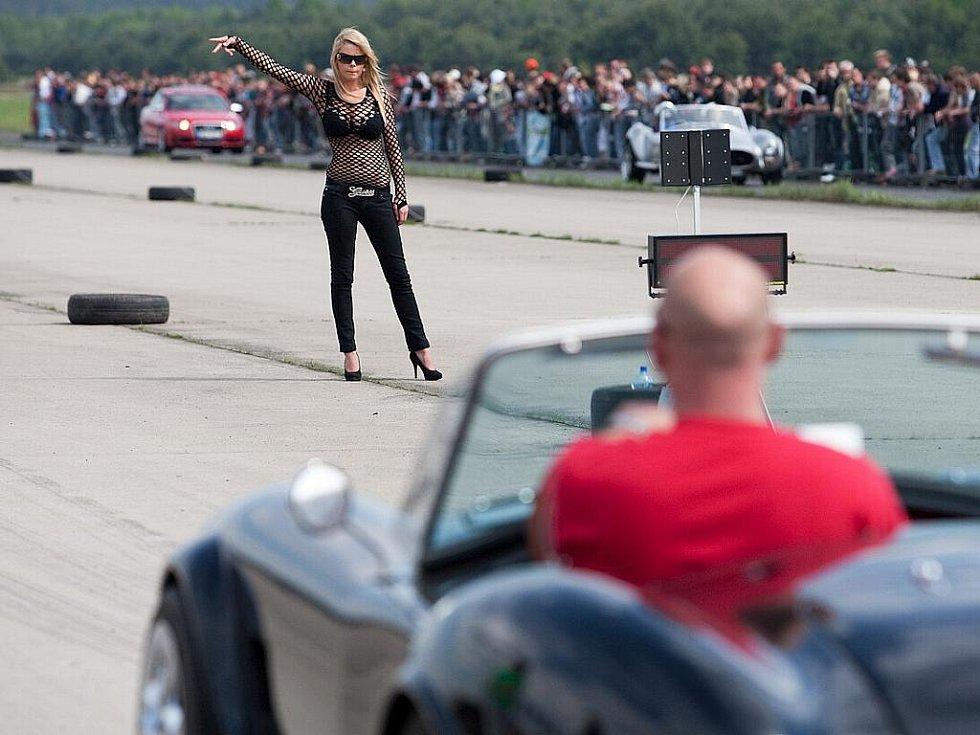 Milovníci tuningu se začali sjíždět do areálu letiště v Hradčanech od pátku. Podle organizátirů dorazilo na čtyři tisíce aut a zhruba dvanáct tisíc lidí.