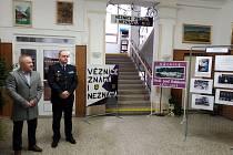 Výstavu zahájil náměstek generálního ředitele Vězeňské služby ČR a místní občan Simon Michailidis spolu se starostou města Zdeňkem Hlinčíkem a ředitelem věznice Ladislavem Blahníkem.