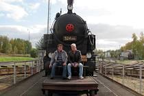 Posezení před lokomotivou na točně za houkání dalších mašin patřilo k nejhezčím okamžikům rozlučky. Sympatickou tradici obnovili v lokodepu před třemi lety.