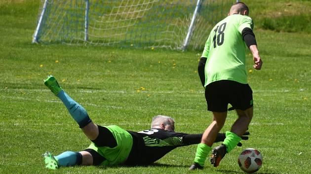 Fotbalisté FC Kamenice (zelené dresy) doma v přátelském utkání porazili rezervu Skalice 7:3.