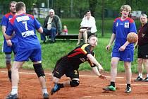 Líbal se uvolnil mezi Albanim a Patočkou a střílí jednu z branek Lokomotivy.