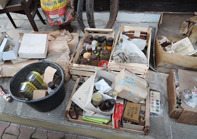 Hasiči vynesli zdomu vpěti přepravkách 15kilogramů nebezpečných látek.