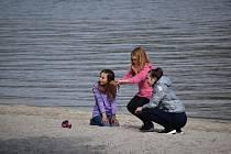 K Máchovu jezeru si našly cestu stovky návštěvníků.