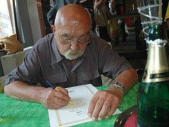 Životní příběh skláře Bedřicha Egermanna se dočkal netradičního literárního zpracování. O autorovi šedesáti patentů na barvení skla totiž vyšel komiks. Jeho autorem je místní výtvarník, sklář, pedagog a publicista Jan Vobr (na snímku při křtu komiksu).
