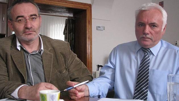 Odborový předák Vladimír Kubinec (vlevo) a poslanec Cyril Zapletal projednávají detaily sbírky.