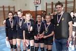 Dívky a chlapci Volejbalové akademie Nový Bor ovládli okresní přebor v minivolejbalu.
