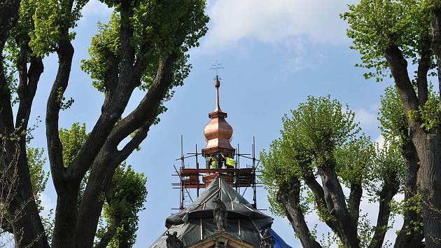 Slavnostní usazení si nenechaly ujít desítky obyvatel Sloupu, který si letos připomíná 700 let od první písemné zmínky o obci.