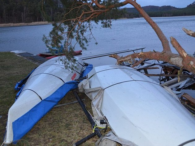 Vítr napáchal nemalé škody také vareálu jachtklubu ve Starých Splavech.