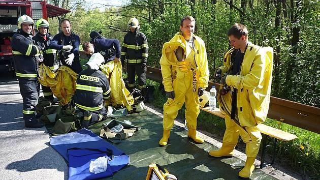 Čtyři jednotky hasičů v pátek likvidovaly čpavkové chladidlo neutralizované kyselinou sírovou, které uniklo při přepravě z IBC kontejneru.
