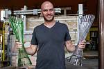 Letošní trofeje pro vítěze cyklistického závodu Tour de France navrhl již po několikáté designér Peter Olah (na snímku z 19. července) a opět je vyrobila česká společnost Lasvit ve sklárnách v Lindavě na Českolipsku.