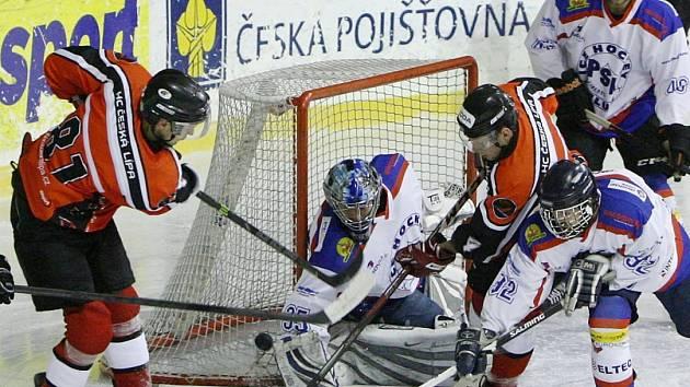 Hokejisté České Lípy (červené dresy) podlehli s libereckým PSK 3:5.