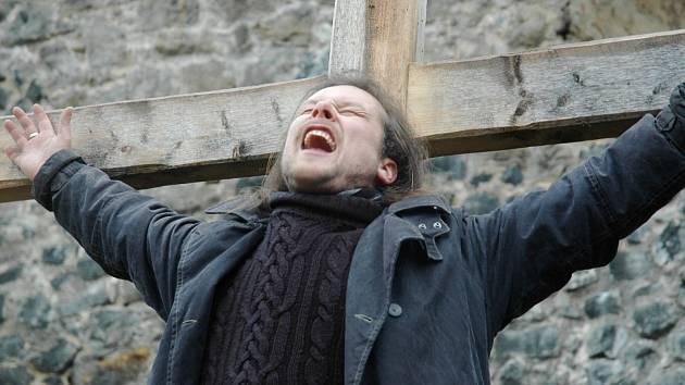Navzdory nevlídnému počasí probíhala v sobotu na Vodním hradě příprava na letošní Pašijové hry. Vztyčeny byly všechny kříže a zkoušela se i jejich odolnost.