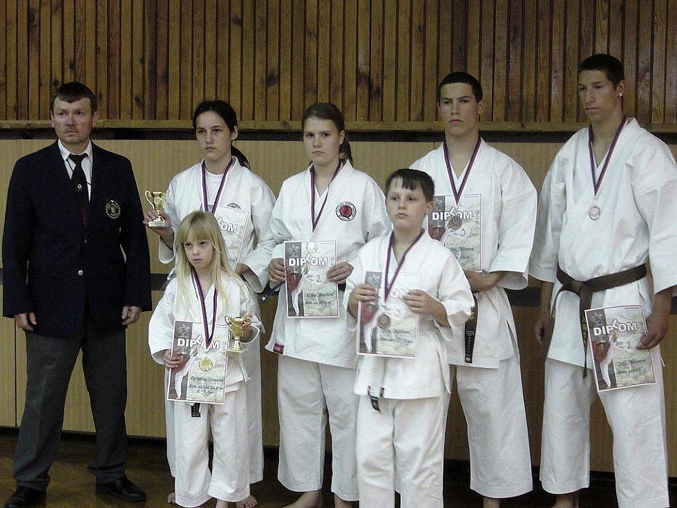 Josef Polák (vlevo) se svými svěřenci  na turnaji v Kladně.