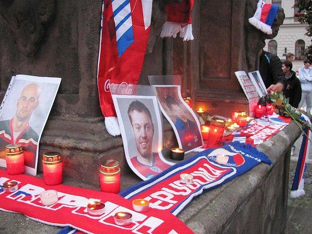 Desítky především mladých lidí přišly v pátek na českolipské náměstí uctít památku tragicky zesnulých hokejistů.