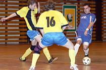 Obrana Rakovníku se snaží zastavit útočné tažení Milana Bláhy. Zkušený futsalista FC Mapa vstřelil v divizním utkání dva góly.