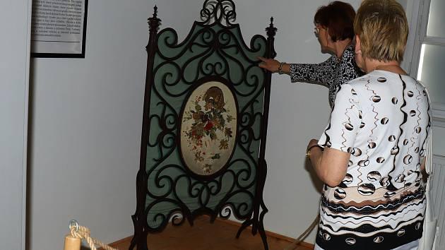 V Městském muzeu v Mimoni začala nová výstava, která dokumentuje vznik a rozvoj průmyslové výroby ohýbaného nábytku.
