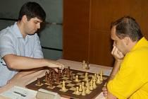 Zbyněk Hráček (vpravo) bojoval v novoborských barvách na první šachovnici. Na snímku je v remízové partii proti Peteru Svidlerovi, jehož tým OSG Baden-Baden vybojoval stříbrné medaile.