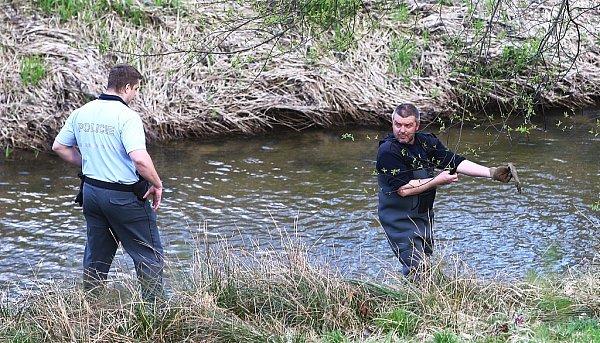 Pyrotechnik prohledával dno řeky Svitávky vZákupech.