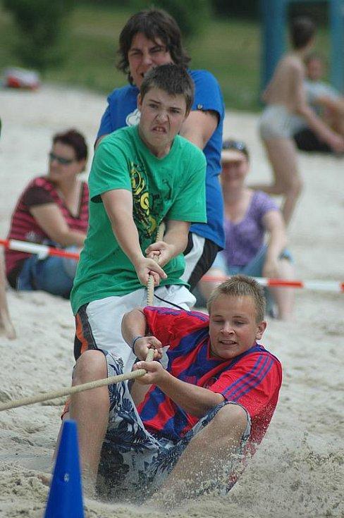 Ve znamení sportovního klání se neslo sobotní zahájení sezony na koupališti v Zákupech. Pětičlenná družstva všech věkových kategorií soutěžila ve víceboji.