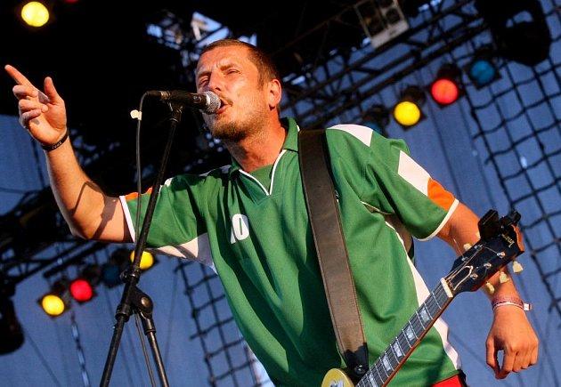 Jednou z hlavních hvězd festivalu České hrady.cz na Bezdězu kapela Divokej Bill. Na snímku je frontman skupiny Vašek Bláha.