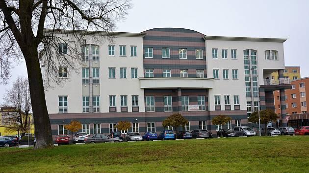 Mohutná, čtyřpatrová stavba byla na svou dobu pojata velmi moderně a z architektonického pohledu originálně řešeným interiérem i exteriérem.