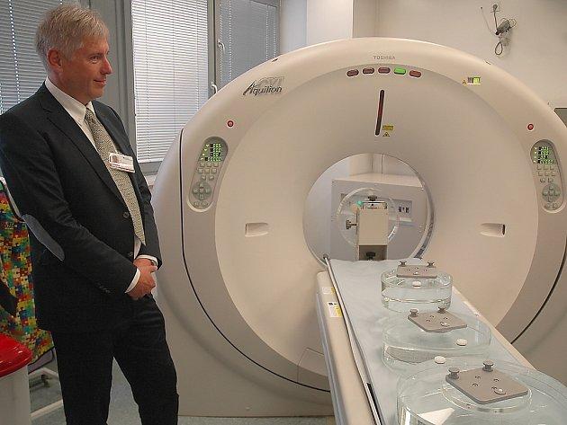 Nový CT přístroj stál jedenáct milionů korun. Na snímku u tomografu je ředitel českolipské nemocnice Jaroslav Kratochvíl.