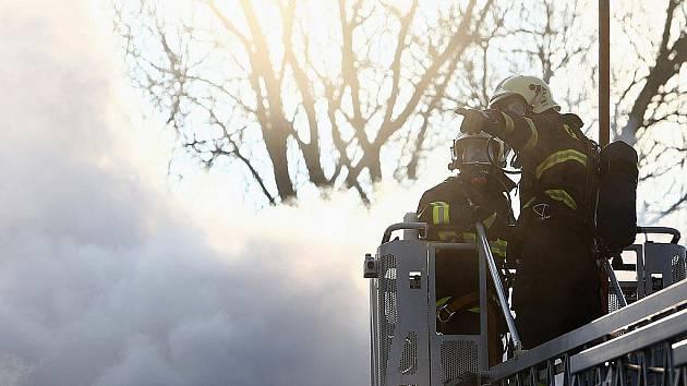 Požár zachvátil střechu jednoho z objektů Domu humanity v České Lípě - Dubici. Na místě zasahovaly jednotky profesionálních i dobrovolných hasičů z České Lípy a okolí.