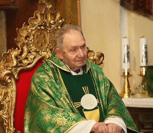 Upříležitosti 91.narozenin hornopolického arciděkana Josefa Stejskala (na snímku) sloužil vneděli slavnostní mši Mons. Jan Baxant, biskup litoměřický.