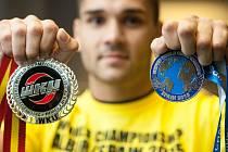 Petr Špikla s čerstvými stříbrnými medailemi ze dvou mistrovství světa v kickboxu.