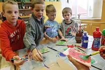 Tiskací destičky s motivy Halloweenu vyráběly děti pod dozorem pracovníků Domu dětí a mládeže Vážka v Mimoni.