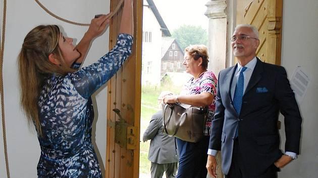 Brazilský velvyslanec George Monteiro Prata v kapli v Náhlově.