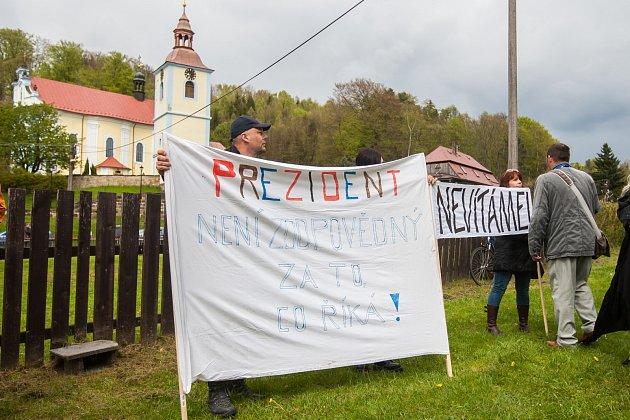 Prezident České republiky, Miloš Zeman smanželkou Ivanou, zavítal na třídenní návštěvu Libereckého kraje. Na snímku návštěva obce Prysk dne 9.května.