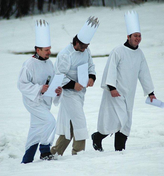 Tři králové dorazili v neděli odpoledne na Novákovic louku v Zákupech, aby v roli porotců vybrali vítěze nultého ročníku Tříkrálové sáňkovačky.