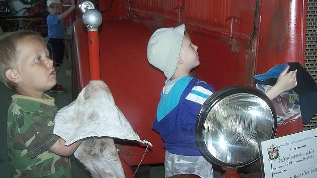 Brigáda v hasičském muzeu.