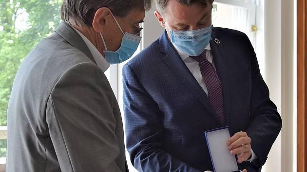 Ředitel krajské hygieny Vladimír Valenta obdržel od hejtmana záslužnou medaili integrovaného záchranného systému za boj proti koronaviru.