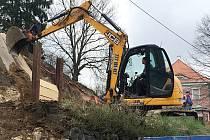Téměř pět let od náhlého zhroucení opěrné zdi nad vytíženou silnicí v Horní Polici začali stavebníci s opravou. Řidiči musejí kvůli železničnímu přejezdu projíždět s rozvahou.