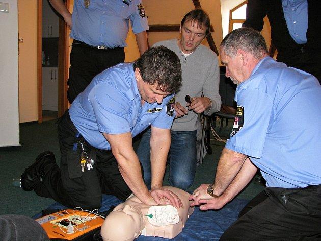 Záchranáři proškolili strážníky v poskytování první pomoci pomocí externího defibrilátoru.