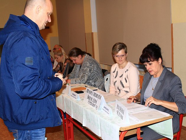 Volební komise ve Stráži pod Ralskem.