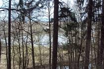 Rybník Peklo má mnoho různých jmen. Byl vybudován mezi českolipskou čtvrtí Dubice a národní přírodní památkou Peklo.