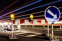 Na silnici I/9 u Nového Boru vznikají zhruba třicet metrů od nebezpečné křižovatky první žulové ostrůvky, díky nimž se zúží okolní jízdní pruhy.