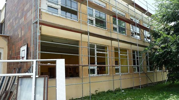 tvář pomalu, ale jistě dostává Základní škola v Kravařích. Díky dotaci se podařilo pořídit nová okna, dveře, kotelnu a zbude i na kompletní zateplení.