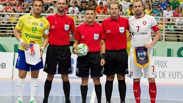 Filip Nešněra (druhý zleva) bydlí ve Valteřicích a je fotbalový a futsalový rozhodčí.