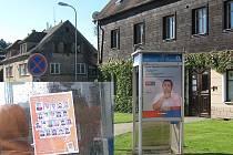MĚLO BÝT, ALE NENÍ. Jen několik dní visel předvolební plakát v Novém Boru v ulici Generála Svobody. Pak jej někdo strhnul a na místě se objevil plakát sociální demokracie.