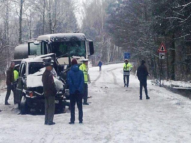 PROSINEC 2014. Při srážce kamionu a policejní dodávky u Doks zemřeli dva policisté, další policista utrpěl těžké zranění.